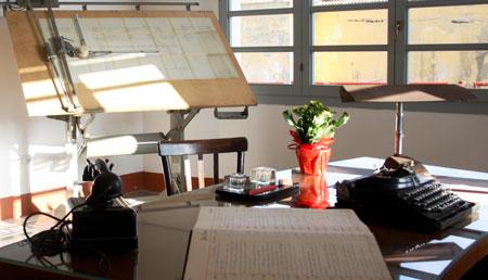 La stanza che fu dell'ex direttore della miniera. Si vede una macchina da scrivere, dei documenti, un vecchio telefono.