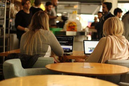 Una foto simbolica con alcuni studenti che usano dei computer.