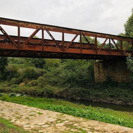 Uno dei ponti di ferro di architettura industriale che i volontari hanno strappato alle erbacce lungo il Cammino Minerario di Santa Barbara.