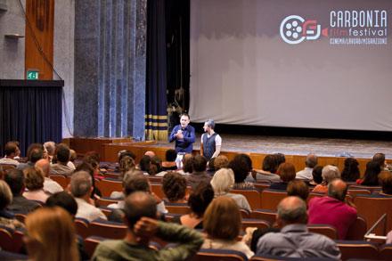 Una fotografia scattata durante la presentazione di un film al Carbonia Film Festival.
