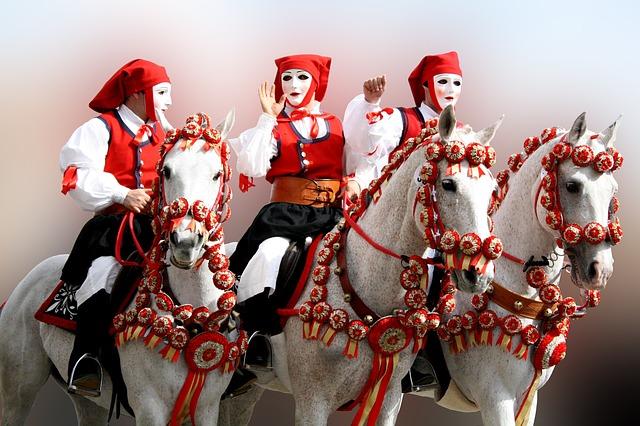 La Sartiglia, evento della tradizione sarda. Foto di alcuni cavalieri mascherati.