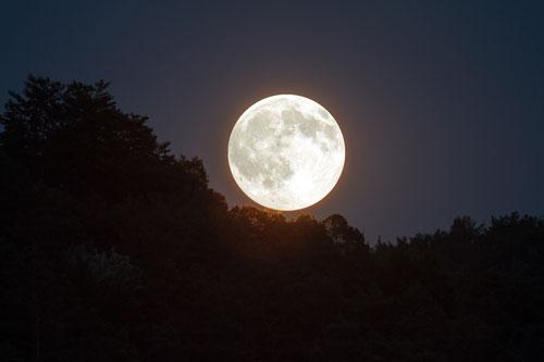 Foto della luna piena.