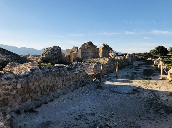 Un viale lastricato di epoca romana a Nora.