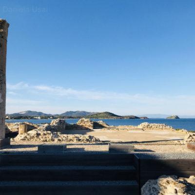 Una vista panoramica degli scavi di Nora sul mare.